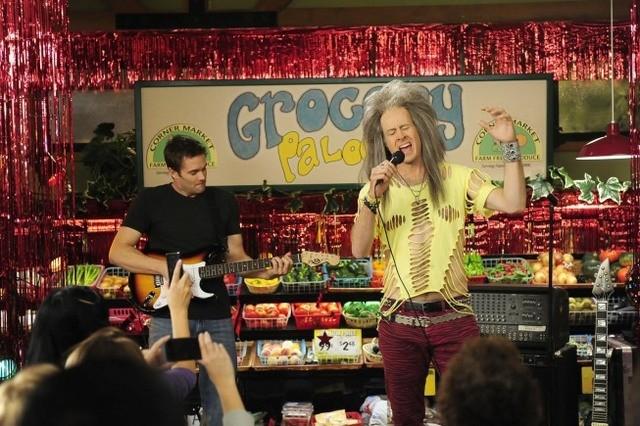 La guest star Jason Lee e Garret Dillahunt nell'episodio Burt Rocks di Raising Hope