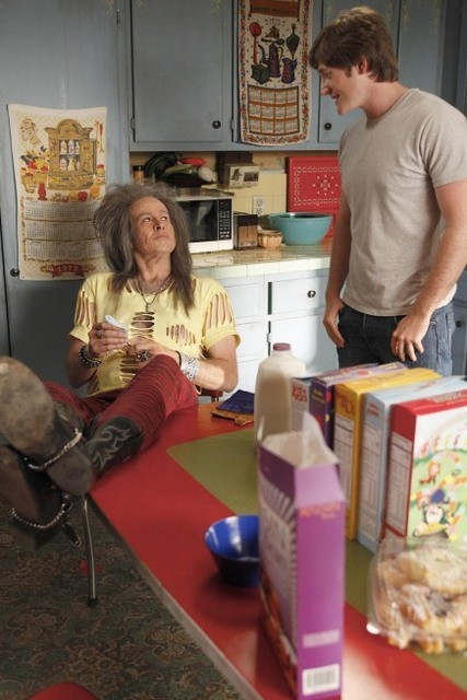 La guest star Jason Lee e Lucas Neff nell'episodio Burt Rocks di Raising Hope