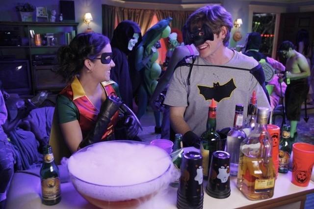 Lucas Neff e Shannon Woodward in un momento dell'episodio Happy Halloween di Raising Hope