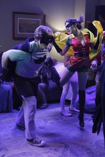 Lucas Neff e Shannon Woodward nell'episodio Happy Halloween di Raising Hope