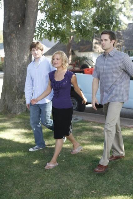 Lucas Neff, Martha Plimpton e Garret Dillahunt nell'episodio Meet The Grandparents di Raising Hope