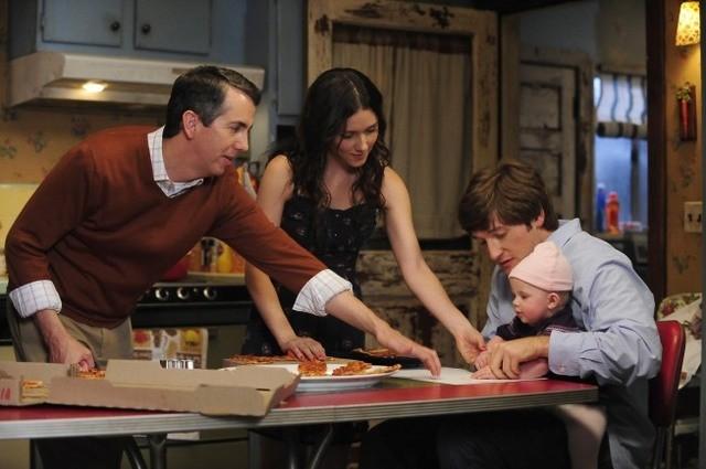 Lucas Neff, Shannon Woodward e Gregg Binkley nell'episodio Meet The Grandparents di Raising Hope