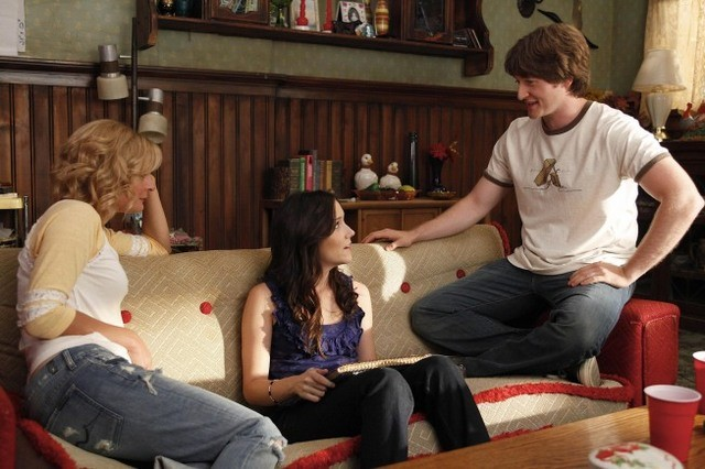 Shannon Woodward, Martha Plimpton e Lucas Neff nell'episodio Say Cheese di Raising Hope