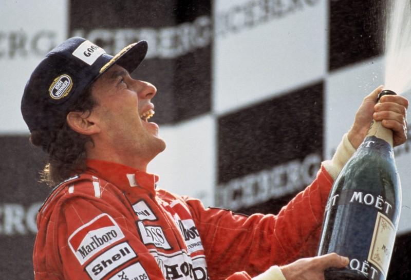 Ayrton Senna in una scena trionfante nel film Senna