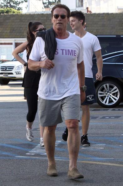 Arnold Schwarzenegger e i suoi figli prima di fermarsi al Brentwood Country Mart