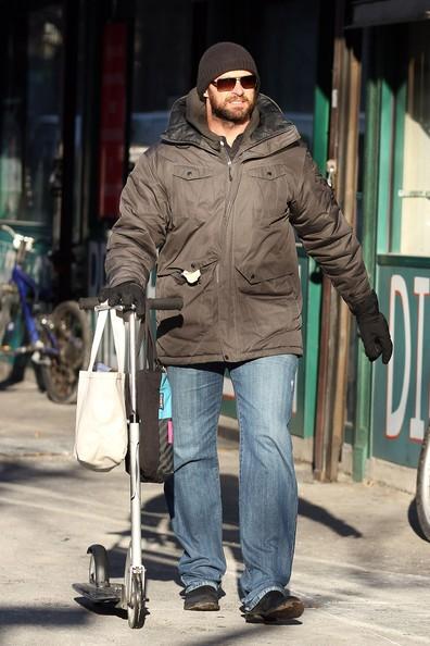 Hugh Jackman passeggia lungo la strada mentre va a prendere sua figlia Ava