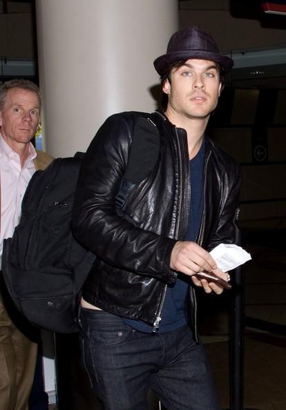 Ian Somerhalder si prepara a partire dall'aeroporto di Los Angeles