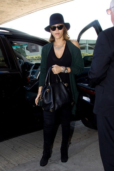 Jessica Alba si prepara a partire dal Los Angeles International Airport