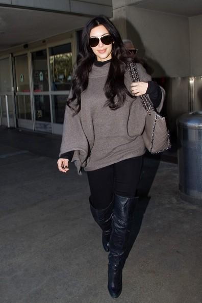 Kim Kardashian mentre arriva all'aeroporto di Los Angeles
