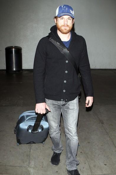 Michael C. Hall arriva con un volo all'aeroporto di Los Angeles