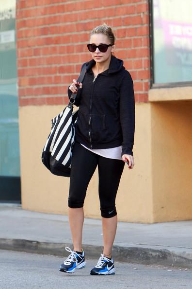 Nicole Richie mentre lascia la palestra con una borsa da ginnastica