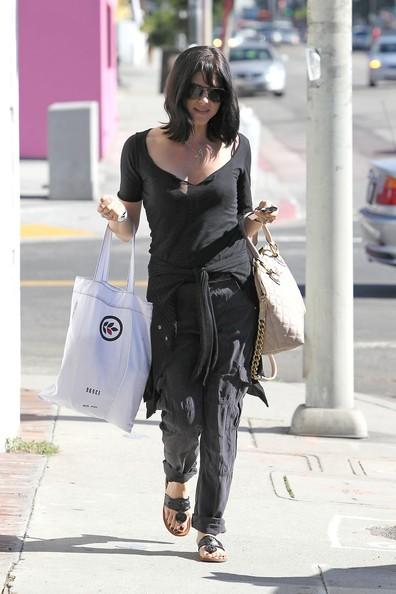 Selma Blair torna alla sua macchina dopo aver fatto un po' di shopping in West Hollywood
