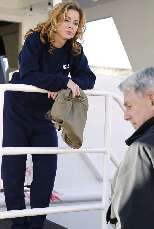 Diane Neal (Abigail Borin) e Gibbs (Mark Harmon) nell'episodio Ships in the Night di NCIS