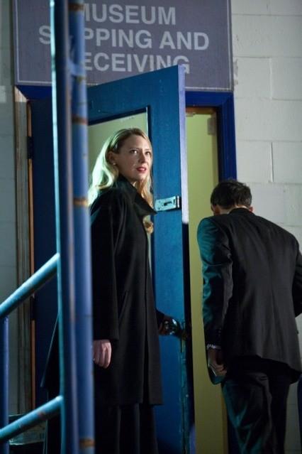 Anna Torv in una scena dell'episodio Concentrate and Ask Again di Fringe