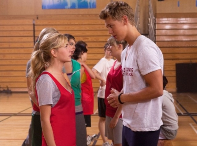 Austin Butler e Brittany Robertson in una scena dell'episodio Criminal Incriminated di Life UneXpected