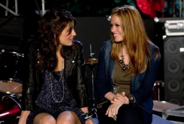 Bethany Joy Galeotti e Shiri Appleby in un momento dell'episodio Music Faced di Life UneXpected