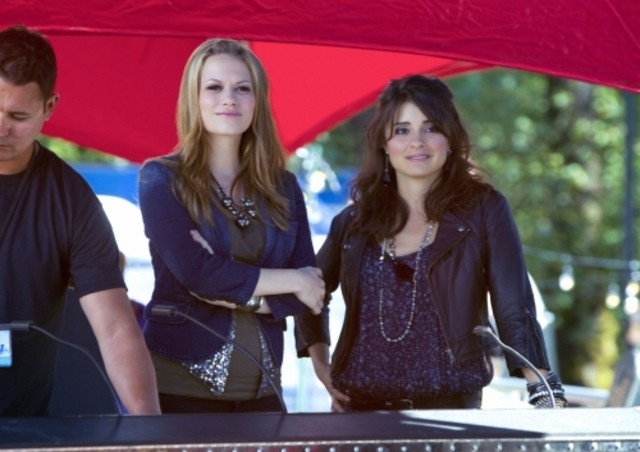 Bethany Joy Galeotti e Shiri Appleby in una scena dell'episodio Music Faced di Life UneXpected