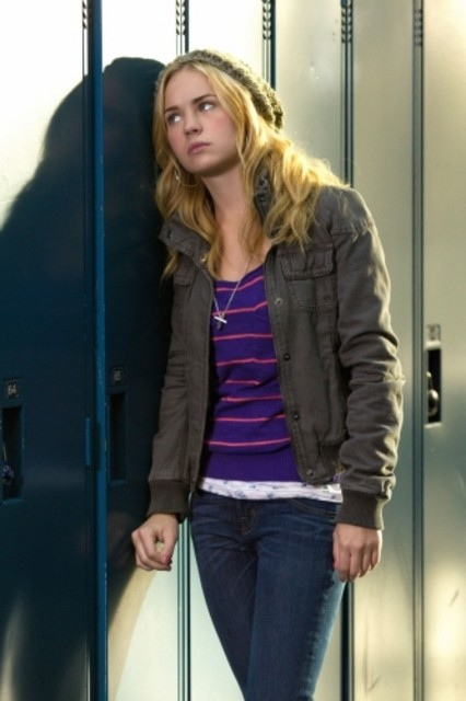 Brittany Robertson in una scena dell'episodio Homecoming Crashed di Life UneXpected