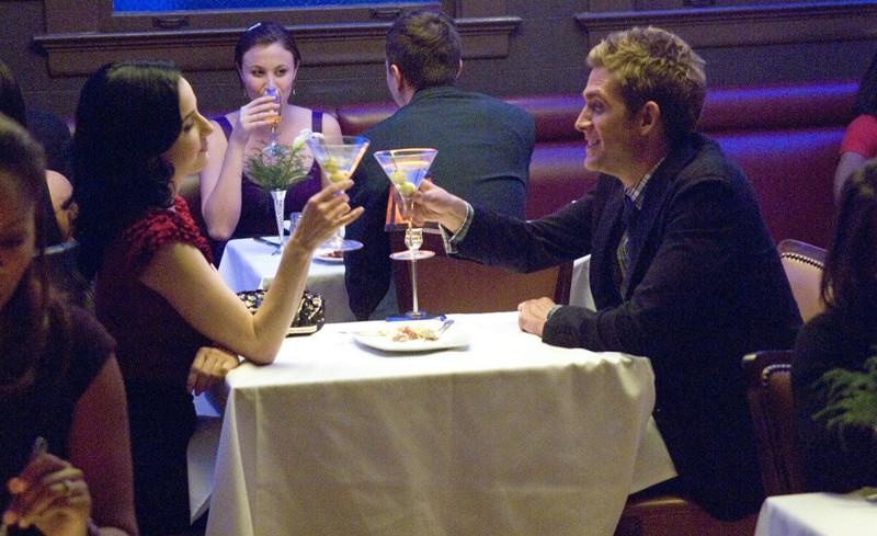 Dita Von Teese e Eric Szmanda durante un brindisi in A Kiss Before Frying di CSI: Scena del crimine