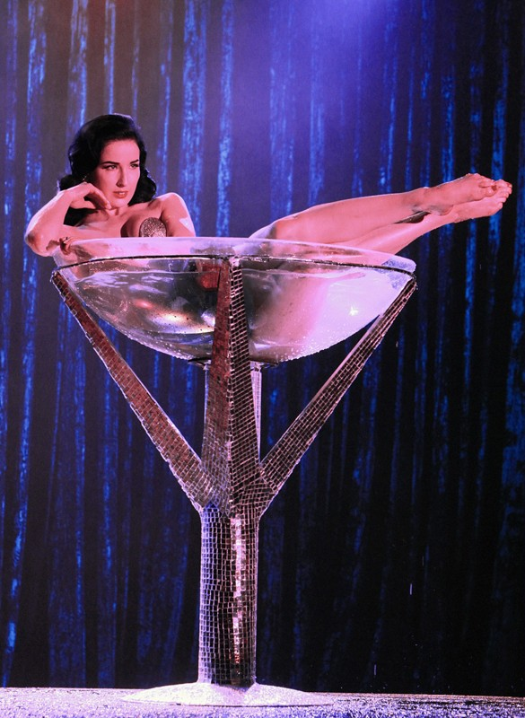 Dita Von Teese sdraiata in un bicchiere gigante nell'episodio A Kiss Before Frying di CSI: Scena del crimine