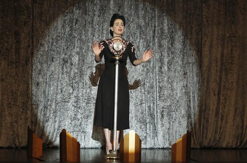 Dita Von Teese sul palco nell'episodio A Kiss Before Frying di CSI: Scena del crimine