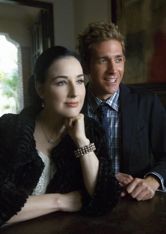Ellen (Dita Von Teese) e Greg (Eric Szmanda) nell'episodio A Kiss Before Frying di CSI: Scena del crimine
