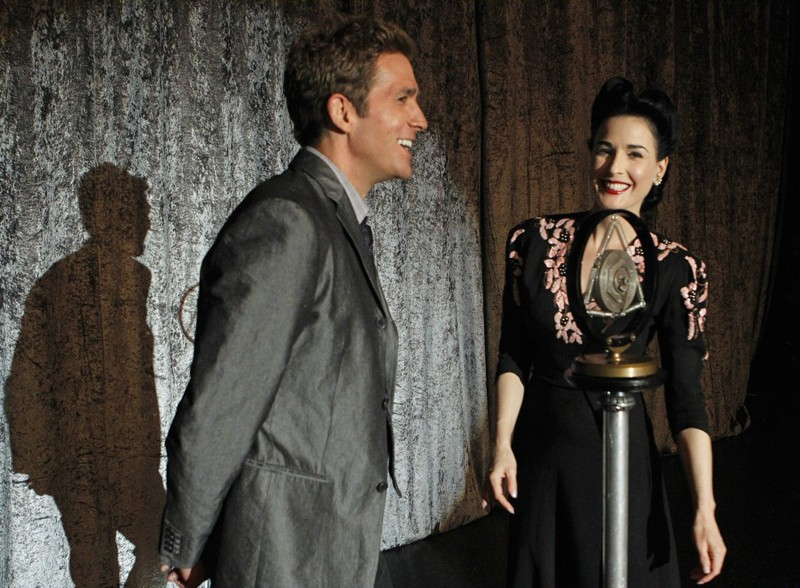 Eric Szmanda e Dita Von Teese in un momento di A Kiss Before Frying di CSI: Scena del crimine