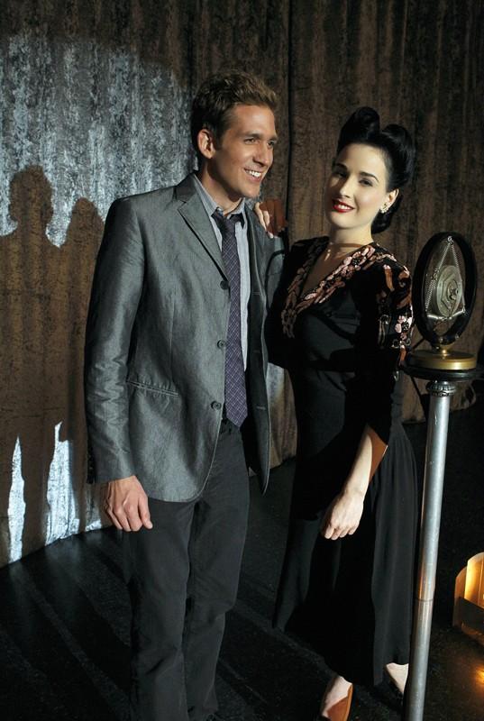 Greg (Eric Szmanda) e Agnes (Dita Von Teese) in A Kiss Before Frying di CSI: Scena del crimine