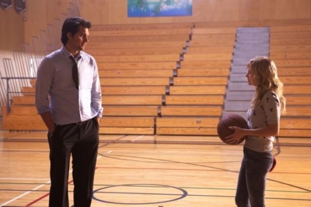 Kristoffer Polaha e Brittany Robertson in una scena dell'episodio Criminal Incriminated di Life UneXpected