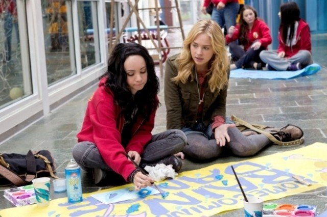 Ksenia Solo e Brittany Robertson in una scena dell'episodio Homecoming Crashed di Life UneXpected