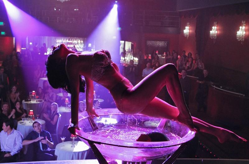 La sexy Dita Von Teese in una scena dell'episodio A Kiss Before Frying di CSI: Scena del crimine