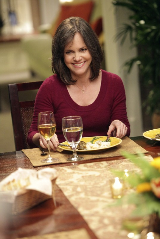 Sally Field a tavola, nell'episodio Scandalized di Brothers & Sisters