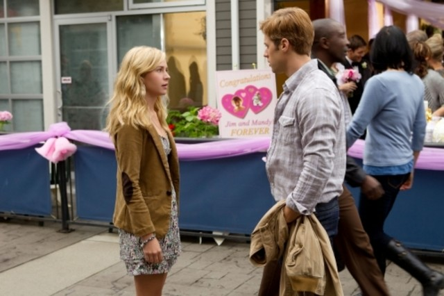 Shaun Sipos e Brittany Robertson in una scena dell'episodio Plumber Cracked di Life UneXpected