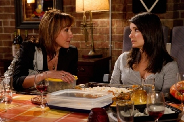 Shiri Appleby e Cynthia Stevenson nell'episodio Thanks Ungiven di Life UneXpected