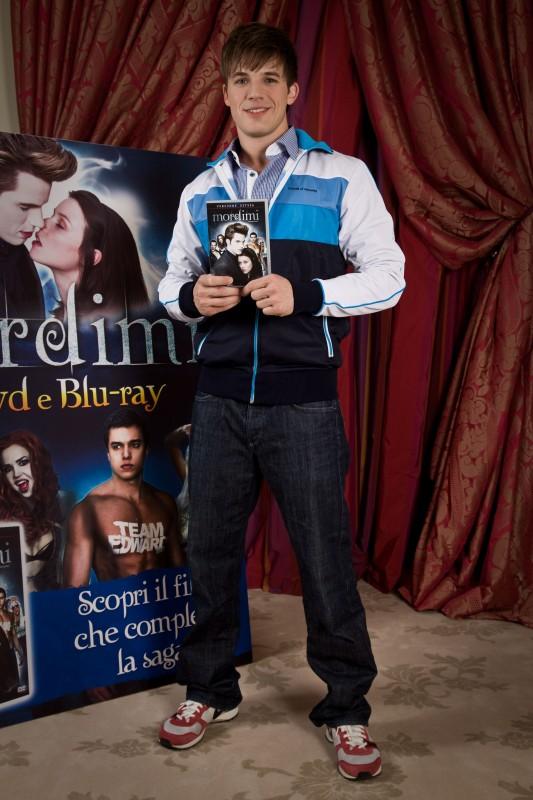 Matt Lanter presenta il DVD di Mordimi in Italia