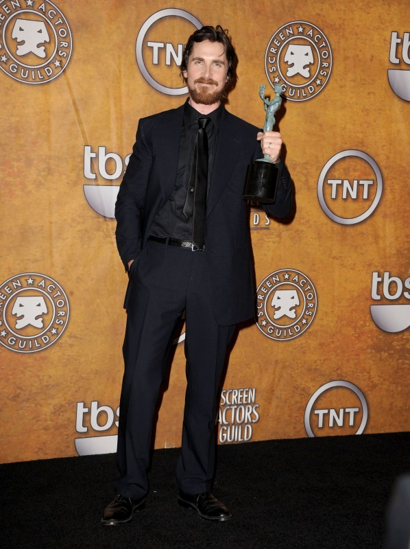 SAG 2011: Christian Bale, premiato per la sua interpretazione in The Fighter, indossa un completo GUCCI blu notte a due bottoni, camicia nera e cravatta in seta nera