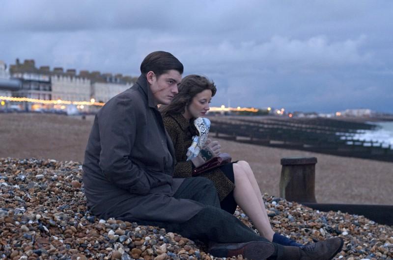 Sam Riley e Andrea Riseborough in una scena del film Brighton Rock