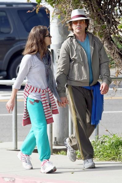 Robert Downey Jr. con la moglie Susan fa una passeggiata sulla spiaggia