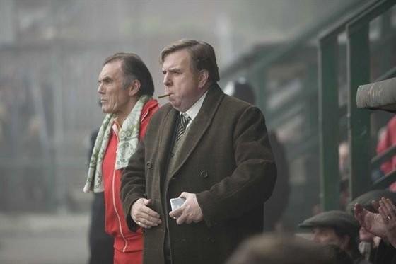 Timothy Spall in una scena del film Il maledetto United