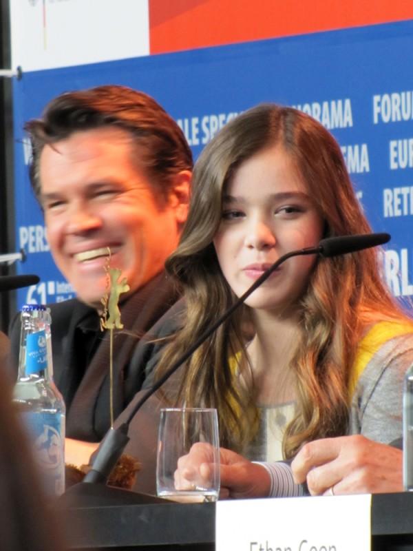 Berlinale 2011: una sorridente Hailee Steinfeld accanto a Josh Brolin durante la conferenza stampa de Il Grinta