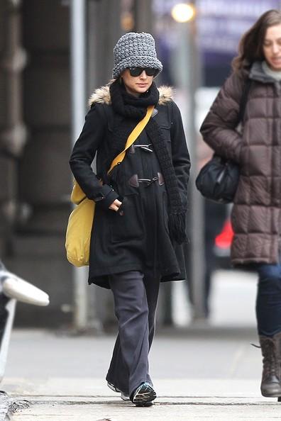 Natalie Portman mostra il suo pancione in crescita, mentre passeggia per New York con un'amica