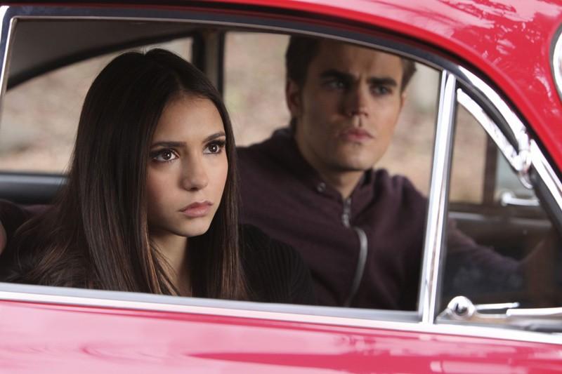 Nina Dobrev e Paul Wesley in auto nell'episodio Crying Wolf di Vampire Diaries