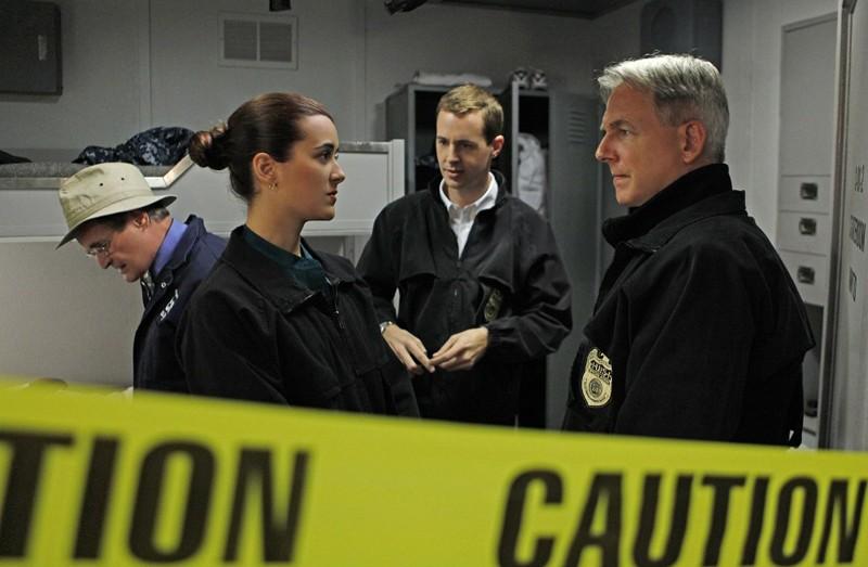 David McCallum, Cote de Pablo, Sean Murray e Mark Harmon in A Man Walks Into a Bar... di NCIS