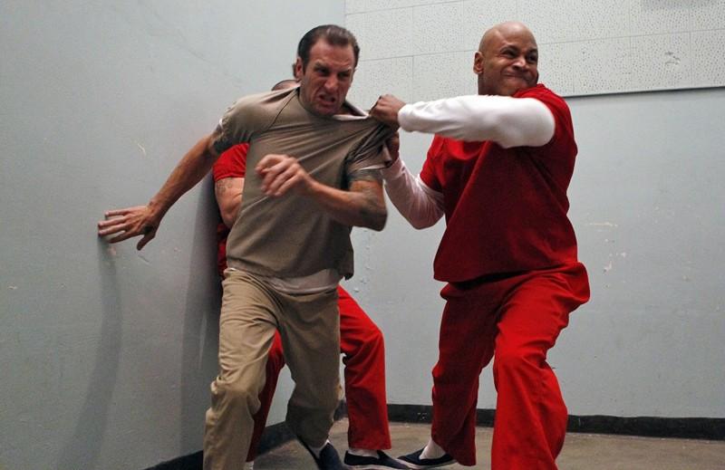 Sam Hanna (LL Cool J) in una scena movimentata dell'episodio Lockup di NCIS: Los Angeles