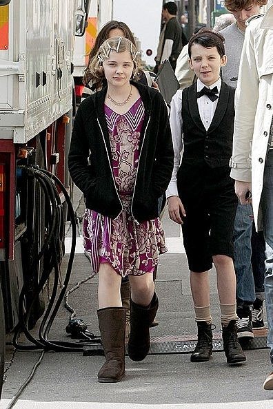 Chloe Moretz passeggia con Asa Butterfield sul set di Hugo Cabret