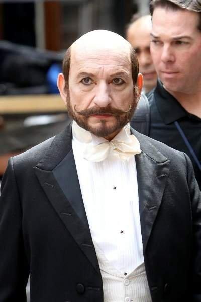 Sir Ben Kingsley dopo il trucco sul set di Hugo Cabret