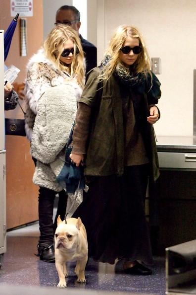 Mary Kate e Ashley Olsen, con il loro cane, arrivano all'aeroporto di Los Angeles