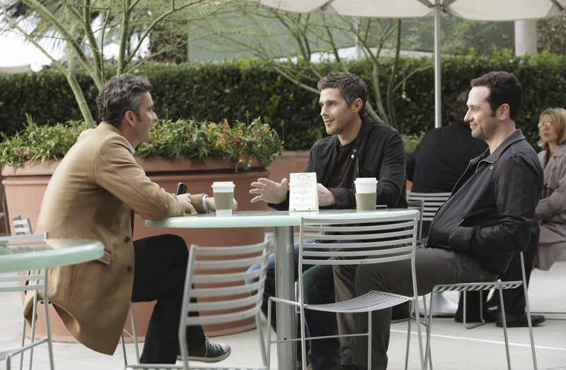 Tommy (Balthazar Getty), Justin (Dave Annable) e Kevin (Matthew Rhys) in Safe at Home di Brothers & Sisters