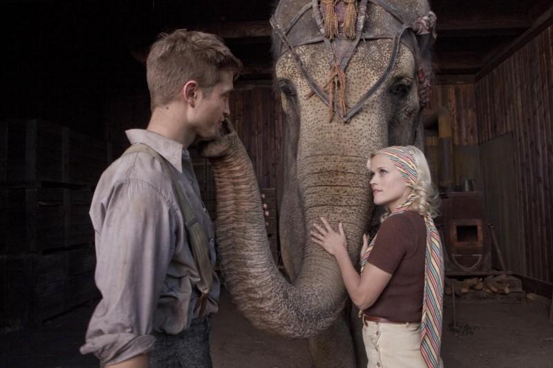 Robert Pattinson e Reese Witherspoon in una scena del film Come l'acqua per gli elefanti