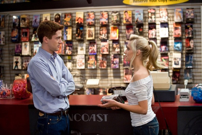 Topher Grace e Teresa Palmer nella commedia Take Me Home Tonight